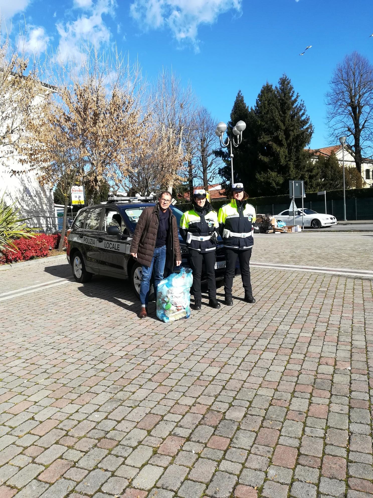 foto_sindaco e agenti PL-2