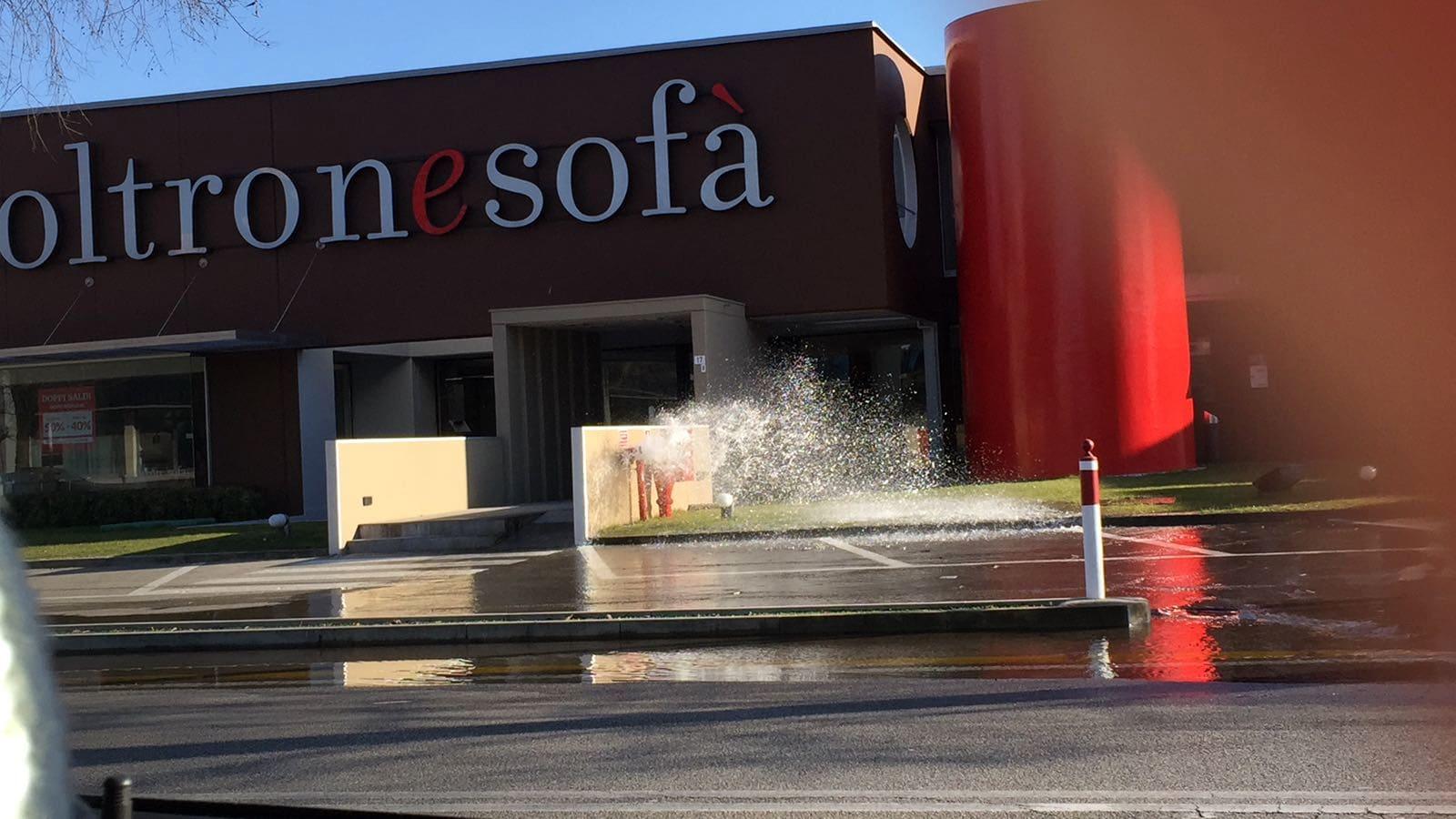 Poltrone E Sofa Livorno.Un Idrante Scoppia Per Il Gelo In Viale Della Repubblica Tutto