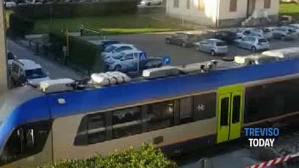 Auto parallela ai binari sfiorata dal treno, paura al passaggio a livello