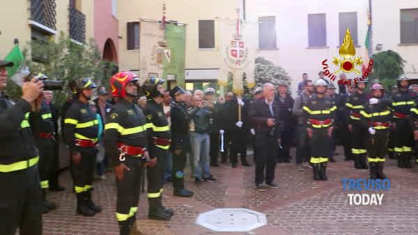 Inaugurata a Castelfranco la prima statua in Italia dedicata ai vigili del fuoco