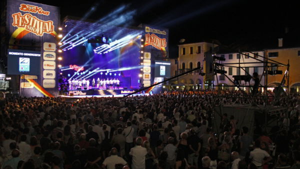 Folla per il Festival Show a Castelfranco, piazza sold out ...