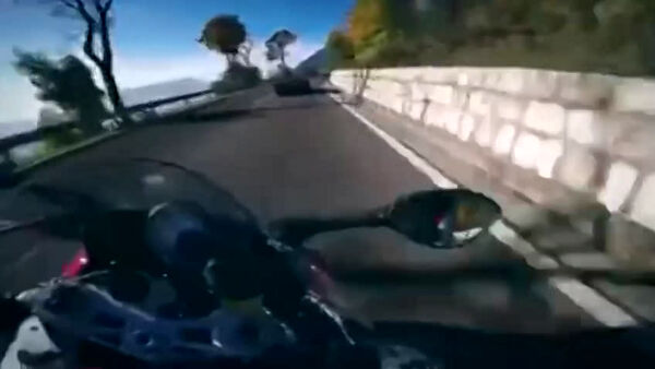 Video: l'incredibile gara tra auto e moto in una strada aperta al traffico