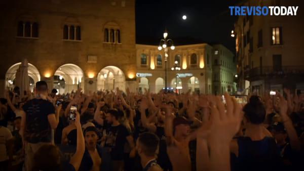 I tifosi invadono il centro di Treviso, il corteo pacifico
