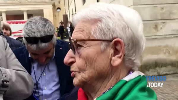 La partigiana Leda Azzalini in lacrime a Vittorio Veneto: «La Resistenza è di tutti»