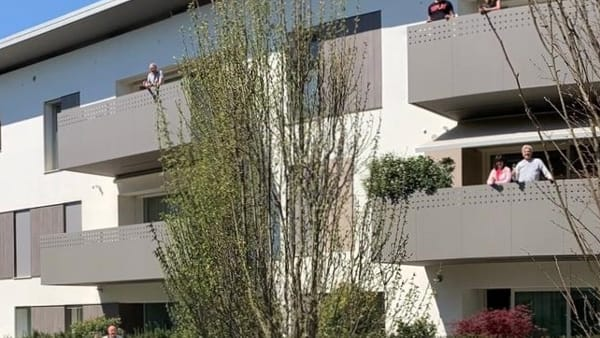 """La Pasqua dai terrazzi del residence: ecco il pranzo """"lontani ma insieme"""""""