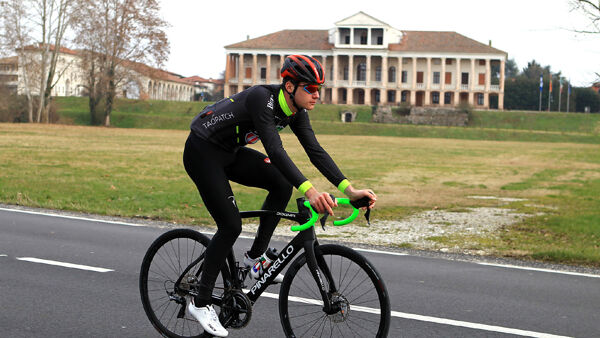 Un atleta del team con la Pinarello F12 Zalf-Edition (credit Photors)