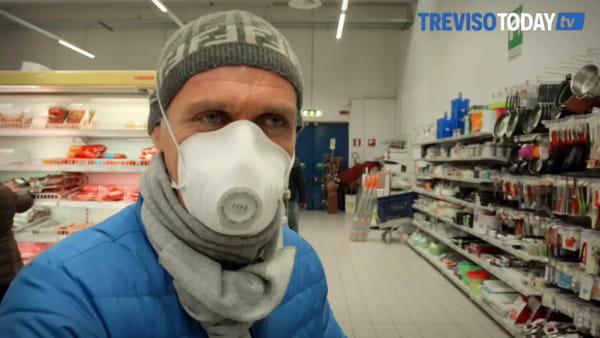 A far la spesa con la mascherina: «Mi sento più sicuro»