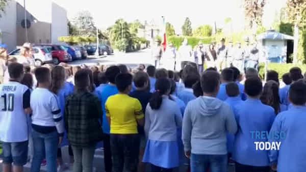 Primo giorno di scuola, a Cimadolmo gli alunni cantano l'inno nazionale con alpini e fanti