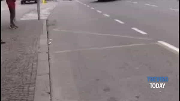 Caos sul Put: corriera sbaglia strada all'uscita della stazione e si trova contromano