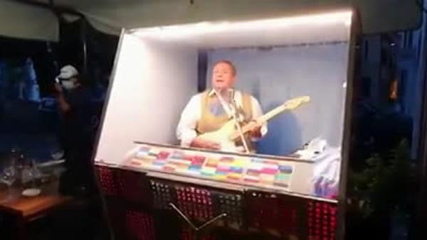 """Musica dal vivo stile anni '60: ecco il nuovo """"Bitols"""", l'uomo diventato un jukebox vivente"""