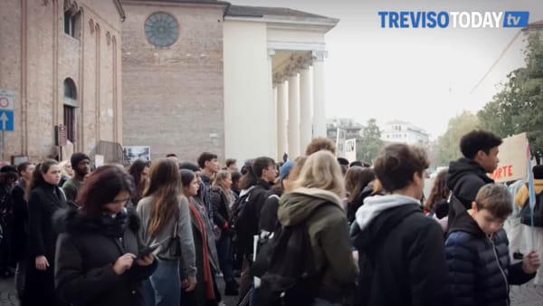 In 300 a sfilare in centro storico per l'ambiente, sit-in contro Benetton