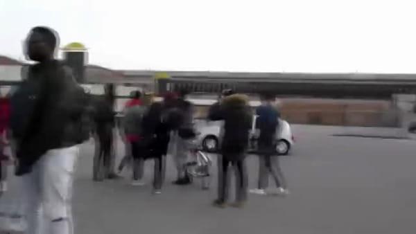 Degrado al Biscione: nel video dei giovani rapper spunta una pistola
