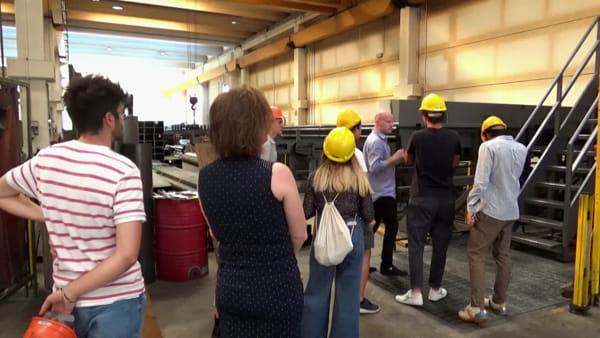 Studenti in visita all'azienda, i titolari offrono loro un posto di lavoro