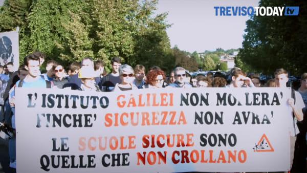 """Primo giorno di scuola, la protesta degli studenti del """"Galilei"""" di Conegliano"""