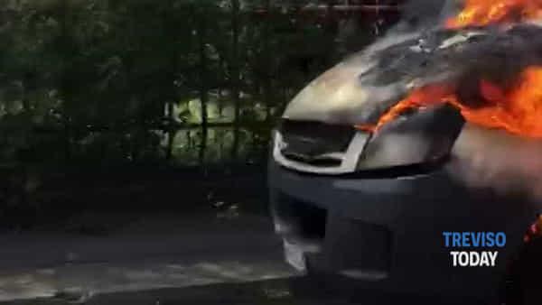 Camion frigo devastato da un incendio, sul posto i vigili del fuoco