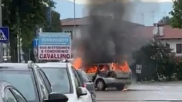 In foto l'auto in fiamme a Resana (Video di Fabio Zin via Facebook)