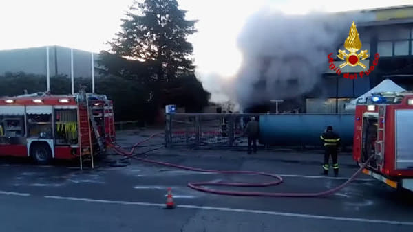 Ex concessionaria in fiamme, il video dell'incendio