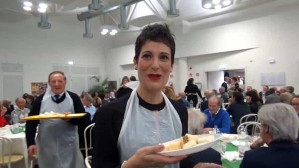 Cena solidale per gli alluvionati: a servire ai tavoli ci sono i sindaci della Marca