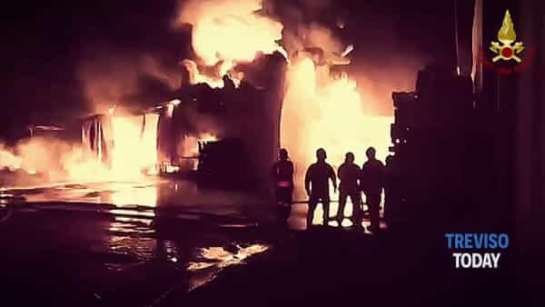 Spaventoso incendio in un deposito di vernici e solventi a Brugnera