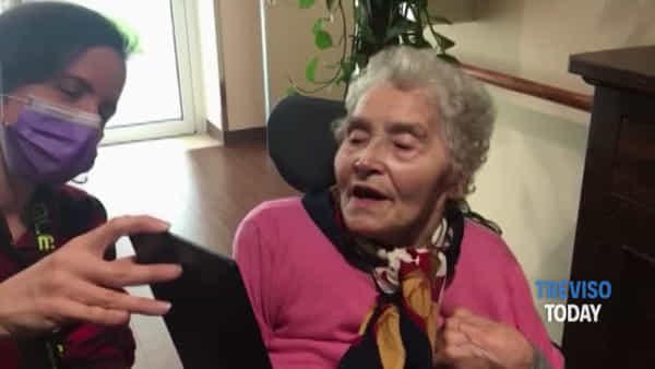 La casa di riposo ai tempi del coronavirus: nonna Ines vede i quattro figli via tablet